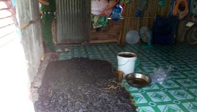 Khô bò được trải dưới sàn nhà mặc cho chó, gà qua lại