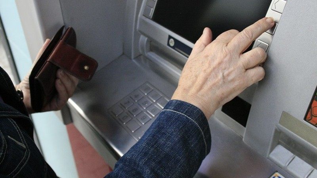 Người bán hàng nên kiểm tra tiền vào tài khoản trước khi chuyển hàng. Ảnh minh họa
