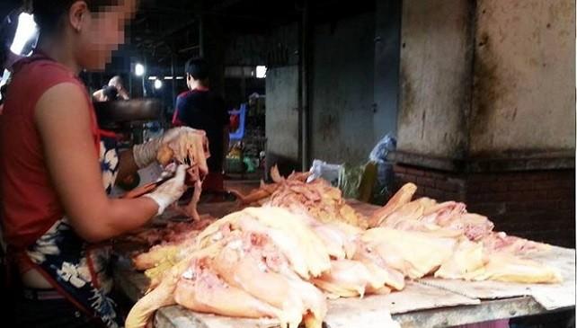 Da gà đang được lọc riêng để bán giá 10.000 đồng/kg, người bán cho biết, các nhà hàng và quán bún phở mua về làm món mọc