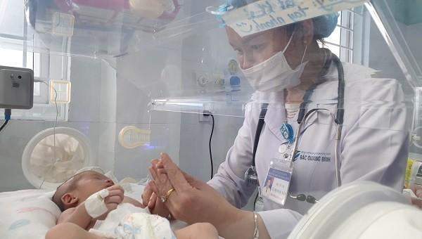 """Hành trình sống sót """"kỳ diệu"""" của cháu bé bị bỏ rơi ở Quảng Bình"""