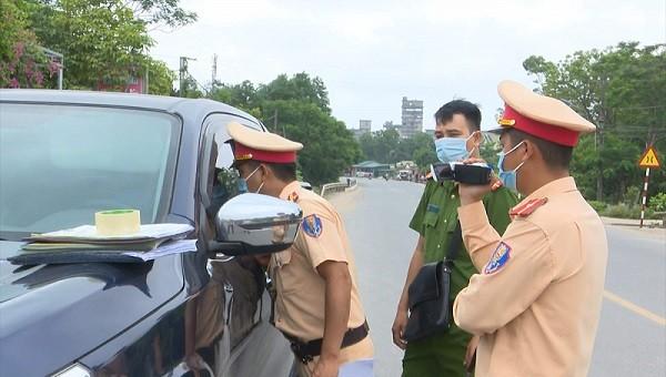 CSGT Công an huyện Cam Lộ cưỡng chế đưa tài xế từ chối kiểm tra nồng độ cồn ra khỏi xe sau gần 3 tiếng cố thủ.
