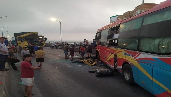 Xe khách, xe tải đối đầu QL1A đoạn qua Quảng Bình tắc nhiều giờ
