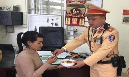 Cô gái lấy chồng Trung Quốc trở về được CSGT cứu giúp