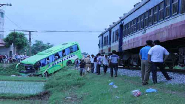 Chiếc xe khách văng xuống ruộng sau va chạm với tàu hỏa. Ảnh: Báo Bắc Giang