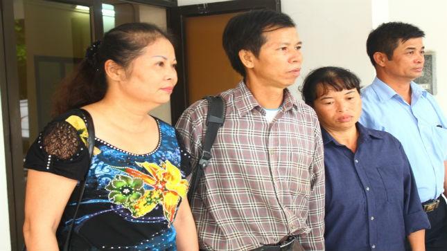Ông Chấn cùng vợ và luật sư trong buổi sáng ngày 15/8 tại TAND tối cao Hà Nội