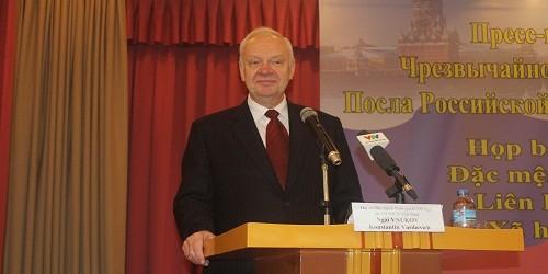 Đại sứ Konstantin Vasilievich Vnukov tại cuộc họp báo.