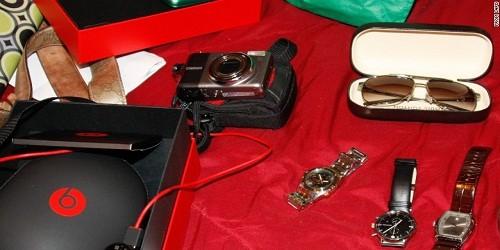 Những món đồ bị lấy cắp được cảnh sát thu hồi. Ảnh: CNN