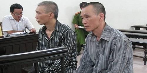Hai bị cáo Quân và Thắng tại phiên tòa sơ thẩm 6/7/2015.