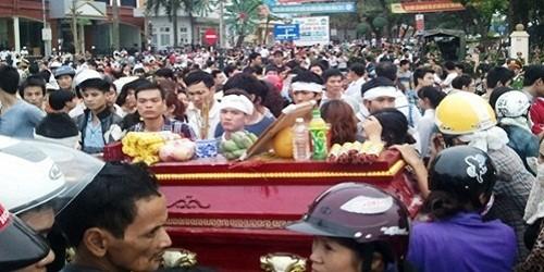 Thân nhân và người dân đưa quan tài nạn nhân Nguyễn Tuấn Anh đi trên đường phố TP Vĩnh Yên ngày 17/3/2013 (Ảnh NQ).