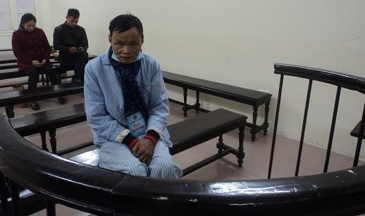 Ông giáo già Trần Xuân Bội thẫn thờ chờ toà tuyên án.