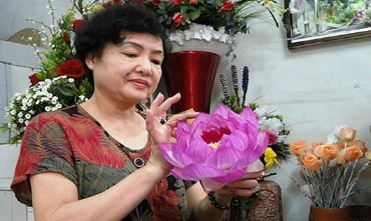 """Nghệ nhân Mai Hạnh được khách hàng tặng biệt danh  """"nữ hoàng hoa lụa""""."""