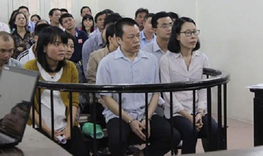 Vợ chồng Long - Anh cùng đồng phạm tại phiên xử ngày 22/4/2015.