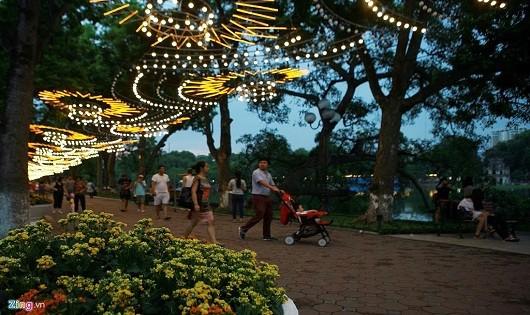 Việc trang trí đèn không hợp lý khiến hệ thống chiếu sáng như muốn đổ sập vào người dân.