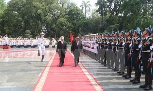 Tổng Bí thư Nguyễn Phú Trọng và Tổng Bí thư , Chủ tịch nước Lào Bounnhang Volachith duyệt đội danh dự Quân đội nhân dân Việt Nam. (Ảnh: Trí Dũng/TTXVN)