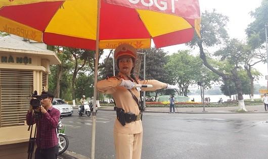 CBCS Đội CSGT số 1 phân làn, phân luồng giao thông tại ngã tư Tràng tiền - Hàng Bài.