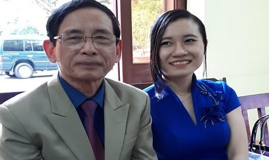 Vợ chồng đại gia Lê Ân tình cảm bên nhau trong phiên tòa.