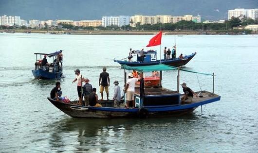 Thuyền của ngư dân hỗ trợ tìm kiếm nạn nhân. (Ảnh: VNE)