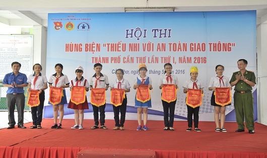 """Ban Tổ chức tặng Cờ lưu niệm cho các đội tham gia Hội thi Hùng biện """"Thiếu nhi với văn hóa ATGT"""" Cần Thơ 2016."""
