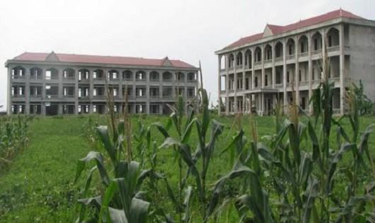 Trường học tiền tỷ bị bỏ hoang,  trách nhiệm thuộc về ai?
