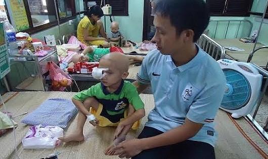 Cảm động: Cha nhịn đói tiết kiệm lấy tiền phẫu thuật mắt cho con