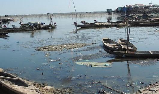 Rác thải trôi lềnh phềnh trên mặt nước tại khu vực đầm Chuồn (Phú An, Phú Vang, tỉnh Thừa Thiên - Huế).
