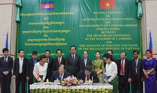 """Ký kết biên bản ghi nhớ triển khai Dự án """"Chợ kiểu mẫu biên giới Campuchia"""""""