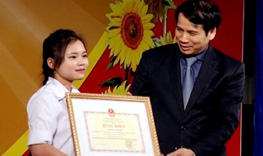 Em Nguyễn Thị Huệ nhận bằng khen của Bộ Giáo dục và Đào tạo.