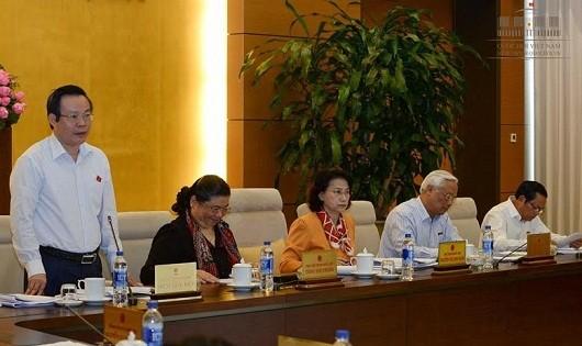 Phó chủ tịch QH Phùng Quốc Hiển điều khiển phiên họp.