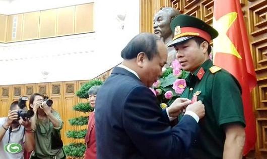 Thủ tướng Nguyễn Xuân Phúc trao Huân chương Lao động hạng Nhất cho xạ thủ Hoàng Xuân Vinh