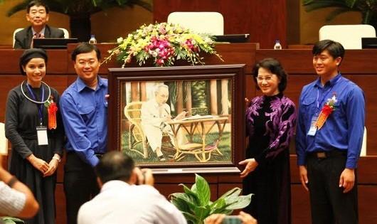 Chủ tịch Quốc hội Nguyễn Thị Kim Ngân tặng bức chân dung Bác Hồ cho TƯ Đoàn.