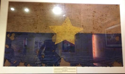 Lá cờ Mặt trận dân tộc giải phóng miền Nam Việt Nam do cựu binh Mỹ Patrick McMakin trao vẫn còn nguyên những vết đạn và máu của người lính giải phóng