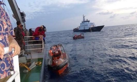 Các xuồng của Việt Nam cập mạn tàu Indonesia để đón ngư dân