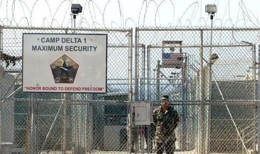Canh gác vòng ngoài nhà tù Guantanamo.