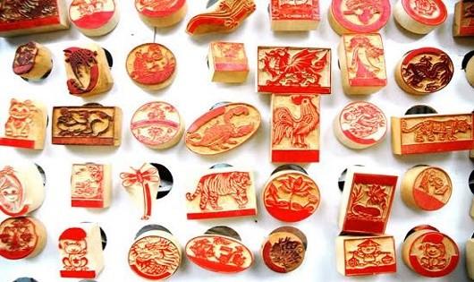 Lồng ghép hình ảnh quê hương trong từng con dấu là sự quảng bá tinh tế hình ảnh đất nước mà những người thợ làm khắc dấu đang làm.