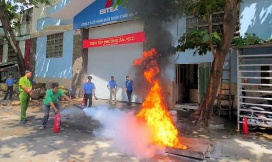 Diễn tập phòng chống cháy nổ, cứu hộ và cứu nạn tại trụ sở và kho hàng Công ty BITEX (TP HCM).