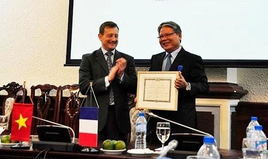 Pháp trao tặng Huân chương Quốc công cho nguyên Bộ trưởng Hà Hùng Cường