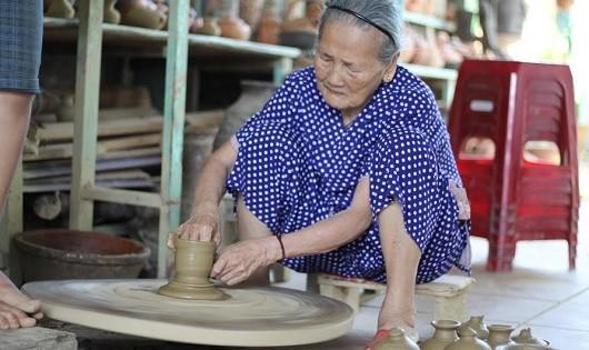 Nghệ nhân Nguyễn Thị Được- người có 80 năm gắn bó với nghề gốm ở Thanh Hà.