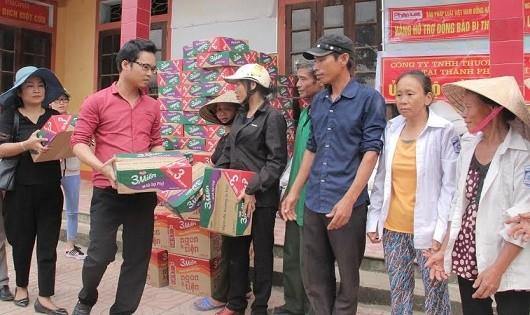 Đại diện Báo Pháp luật Việt Nam trao quà cho các hộ dân.