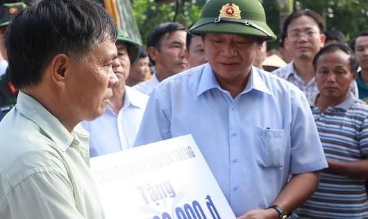 Bộ trưởng Bộ Thông tin và Truyền thông Trương Minh Tuấn trao quà cứu trợ cho người dân.