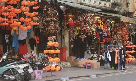 Đa dạng các sản phẩm hóa trang trên phố Hàng Mã.