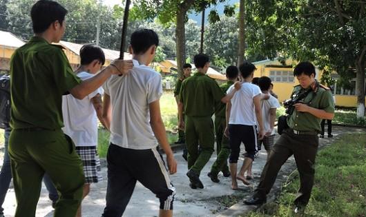 Các học viên được đưa trở về trại.