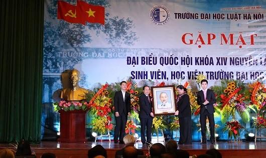 Phó Chủ tịchQuốc hội Tòng Thị Phóng tặng quà lưu niệm cho Trường.