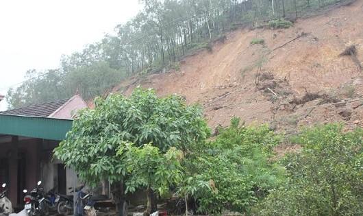 Nhà dân ngay dưới chân núi Rậm đối diện với nguy cơ sạt lở vùi lấp.