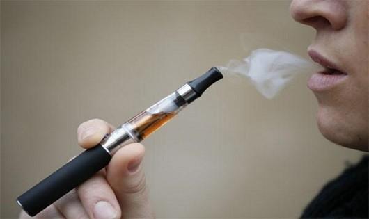Nổ mặt vì thuốc lá điện tử