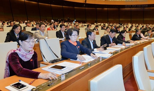 Đại biểu Quốc hội bấm nút thông qua Nghị quyết