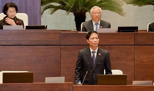 Bộ trưởng Bộ Công Thương Trần Tuấn Anh trả lời chất vấn.