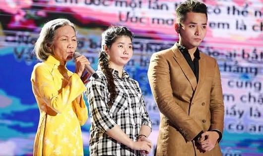"""Nhạc sĩ Phạm Hồng Phước cạnh em gái khuyết tật – người đã tạo cảm hứng cho sáng tác """"Đã có anh hai"""" đầy xúc động."""
