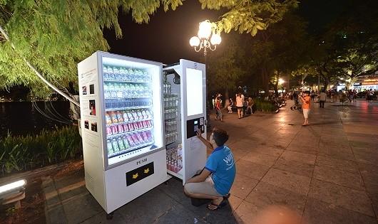 Máy bán hàng tự động trên phố đi bộ.