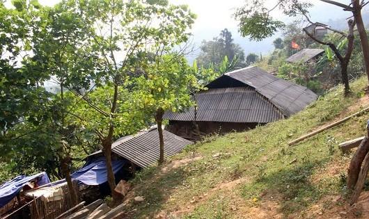 Những ngôi nhà dưới chân núi thuộc thôn Nhà Máng, xã Thành Công.