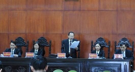 HĐXX quyết định xử phạt bị cáo Dũng tử hình về 2 tội danh và bồi thường 220 triệu đồng cho gia đình bị hại.